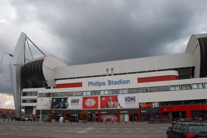 PSV moet wachten op een vervanger bij HSV, daarna wordt Santos één jaar gehuurd