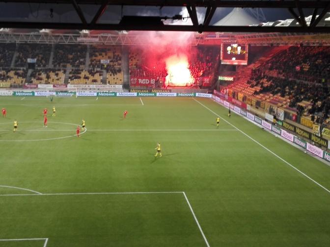 FC Twente krijgt €20.000 boete voor vuurwerk en spreekkoren tegen Ajax en ADO